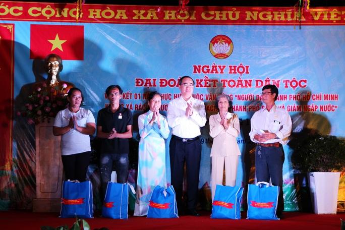 Bí thư Nguyễn Thiện Nhân dự ngày hội đại đoàn kết toàn dân tộc ở quận 4 - Ảnh 2.