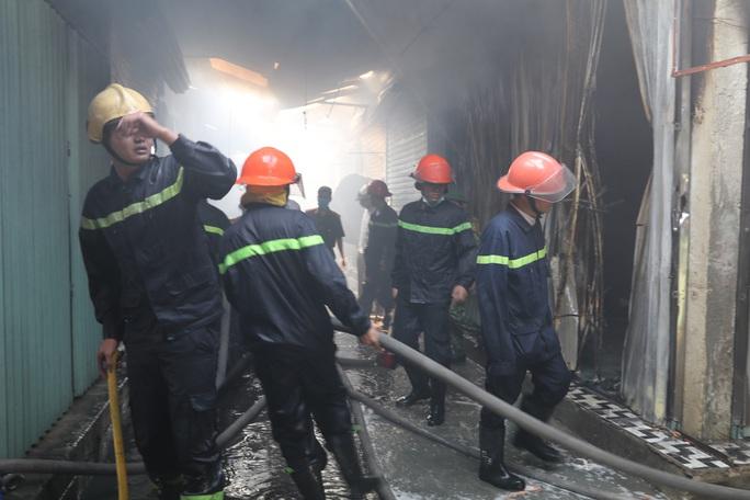 Hàng chục ki-ốt chợ Gián Khẩu cháy ngùn ngụt, thiệt hại hàng tỉ đồng - Ảnh 6.