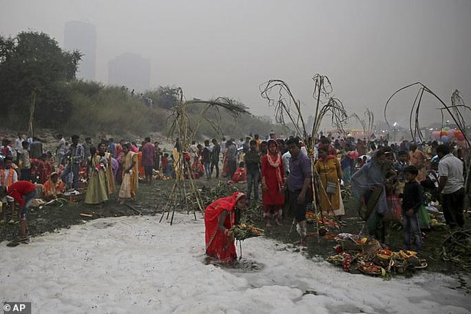 Ấn Độ: Nguồn nước của 20 triệu dân ngập trong bọt khí độc hại, đục ngầu - Ảnh 2.