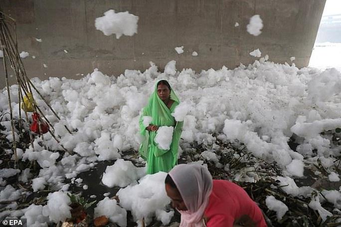 Ấn Độ: Nguồn nước của 20 triệu dân ngập trong bọt khí độc hại, đục ngầu - Ảnh 3.