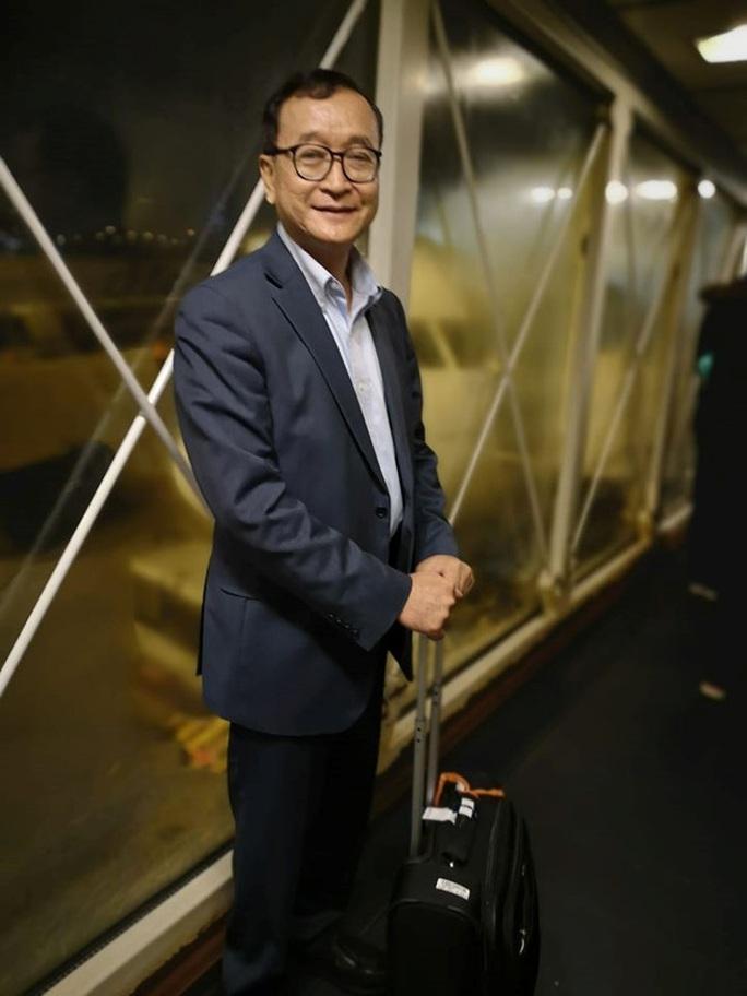 Ông Sam Rainsy lên được máy bay nhưng không có đường về Campuchia? - Ảnh 2.