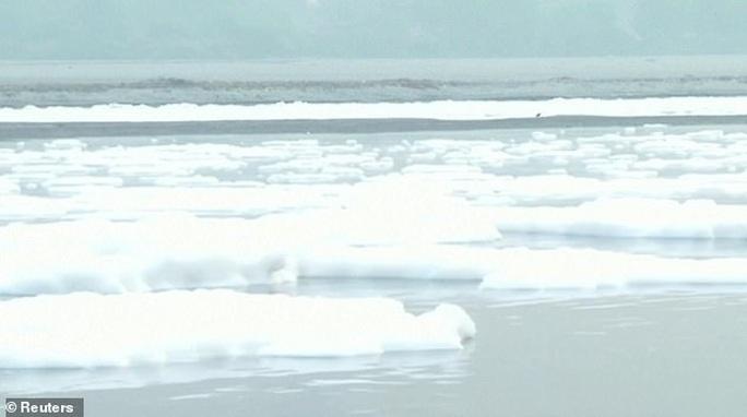 Ấn Độ: Nguồn nước của 20 triệu dân ngập trong bọt khí độc hại, đục ngầu - Ảnh 8.