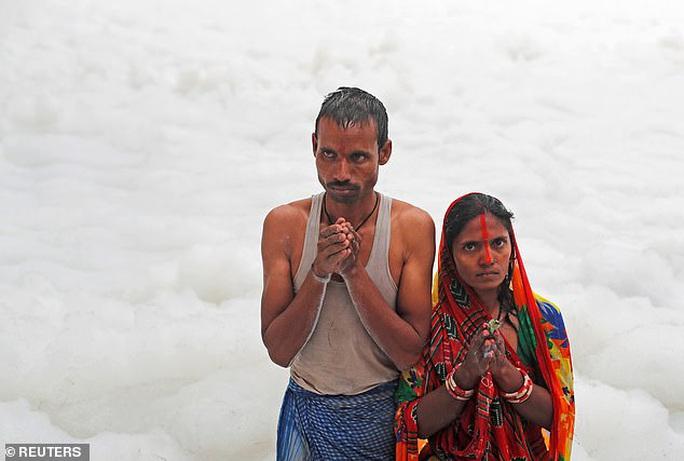 Ấn Độ: Nguồn nước của 20 triệu dân ngập trong bọt khí độc hại, đục ngầu - Ảnh 4.