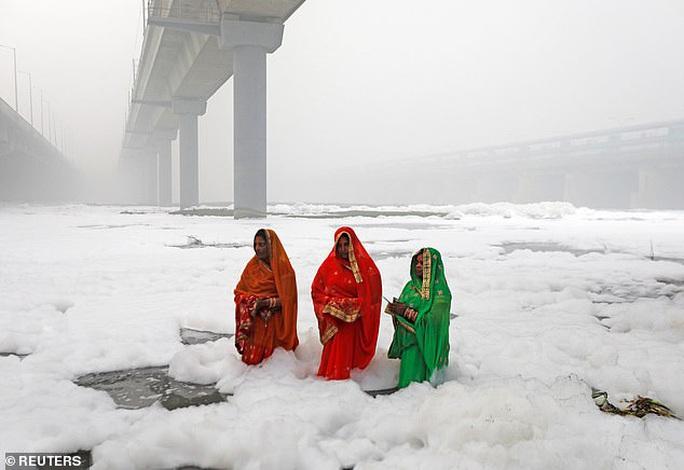 Ấn Độ: Nguồn nước của 20 triệu dân ngập trong bọt khí độc hại, đục ngầu - Ảnh 5.