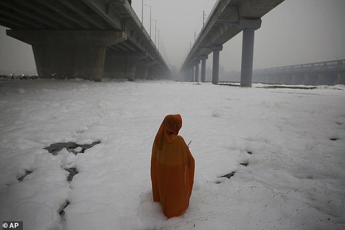 Ấn Độ: Nguồn nước của 20 triệu dân ngập trong bọt khí độc hại, đục ngầu - Ảnh 6.