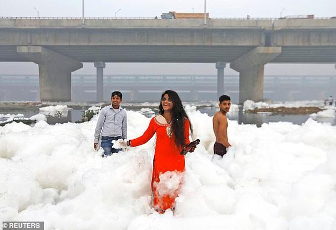 Ấn Độ: Nguồn nước của 20 triệu dân ngập trong bọt khí độc hại, đục ngầu - Ảnh 7.