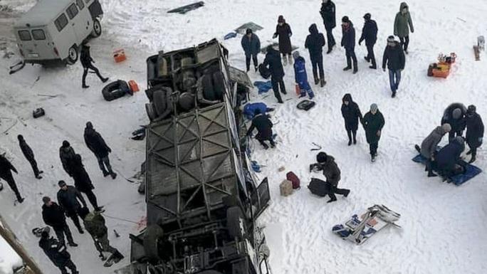 Đang đi trên cầu, xe buýt lật xuống sông băng, 19 người thiệt mạng - Ảnh 1.