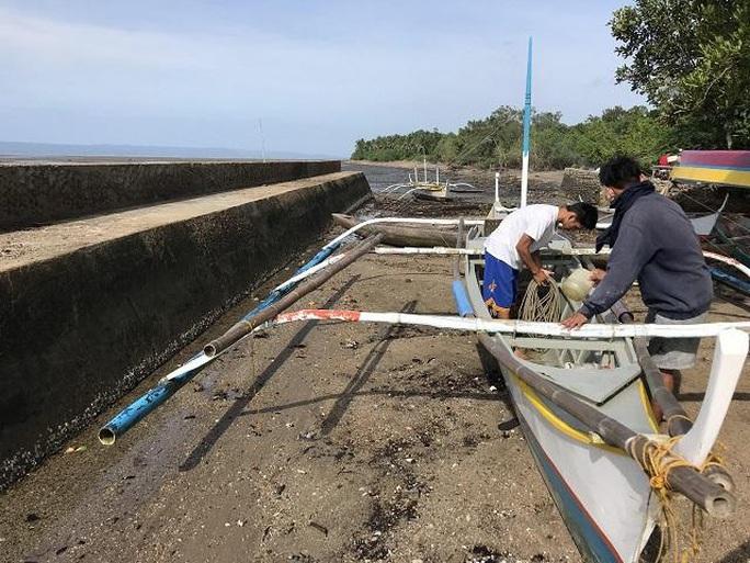 Bão lớn ầm ầm kéo tới Philippines, hàng ngàn người dân sơ tán - Ảnh 1.