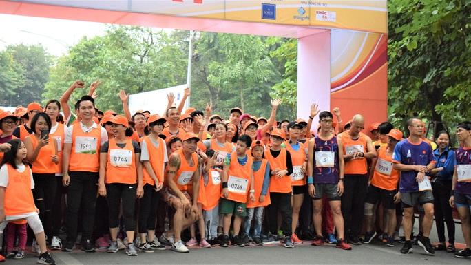 Bác sĩ và người dân hào hứng chạy bộ vì người bệnh Parkinson - Ảnh 1.