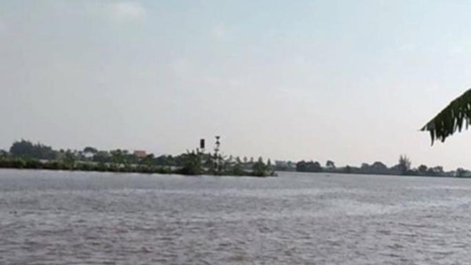 Chìm tàu chở gạch trên sông, ít nhất 2 người mất tích - Ảnh 1.