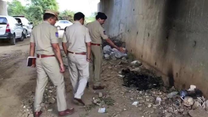 Ấn Độ: Hãm hiếp tập thể, đốt xác nữ bác sĩ trẻ - Ảnh 1.