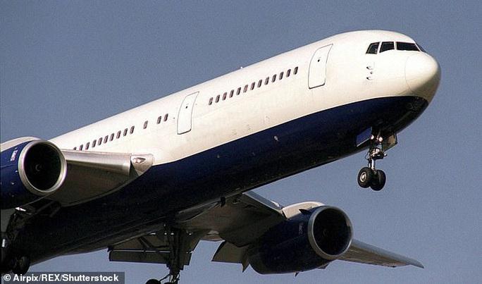Anh: Bầu trời rền vang khi 2 chiến đấu cơ lao tới chiếc Boeing câm lặng - Ảnh 1.