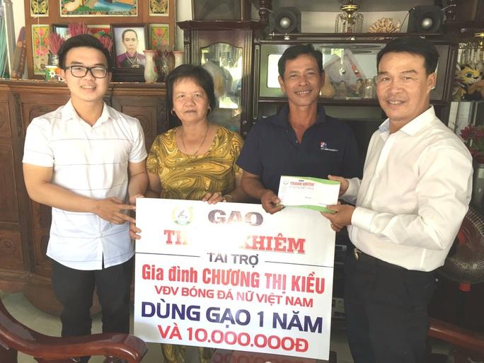 Gia đình trung vệ Chương Thị Kiều được tặng gạo ngon miễn phí suốt năm - Ảnh 2.