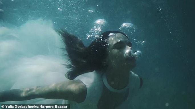 Siêu mẫu Alessandra Ambrosio tung loạt ảnh cứu hành tinh - Ảnh 1.