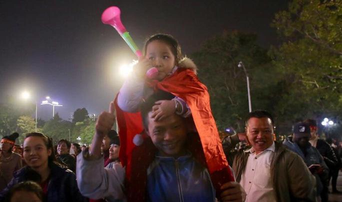 Biển người ra đường ăn mừng U22 Việt Nam vô địch SEA Games 30 - Ảnh 10.