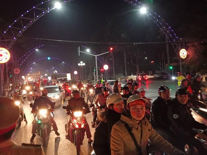 Biển người ra đường ăn mừng U22 Việt Nam vô địch SEA Games 30 - Ảnh 38.