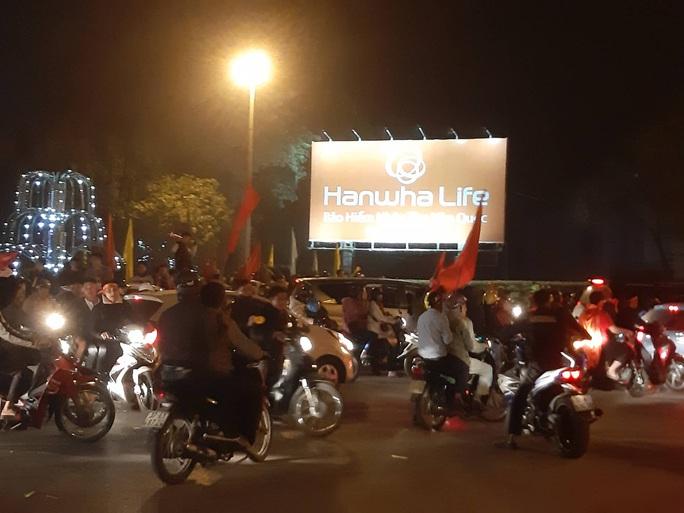 Biển người ra đường ăn mừng U22 Việt Nam vô địch SEA Games 30 - Ảnh 50.