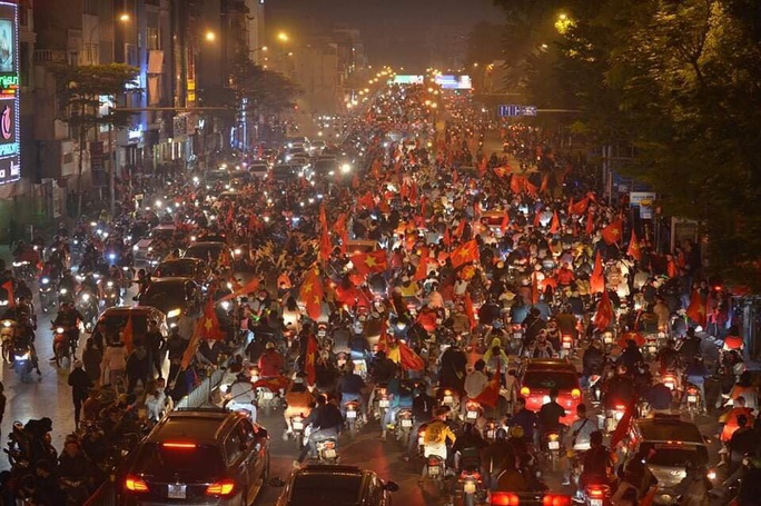 Biển người ra đường ăn mừng U22 Việt Nam vô địch SEA Games 30 - Ảnh 20.