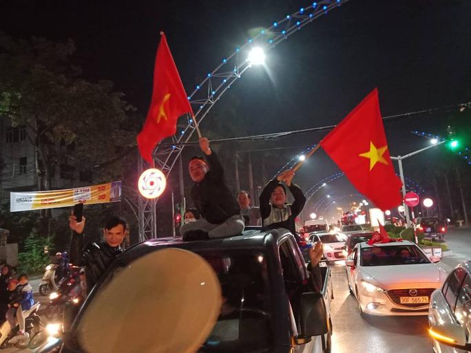 Biển người ra đường ăn mừng U22 Việt Nam vô địch SEA Games 30 - Ảnh 40.
