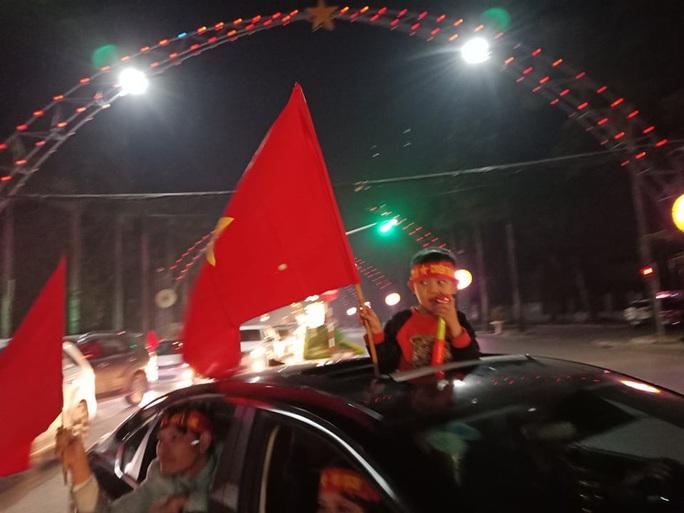 Biển người ra đường ăn mừng U22 Việt Nam vô địch SEA Games 30 - Ảnh 41.
