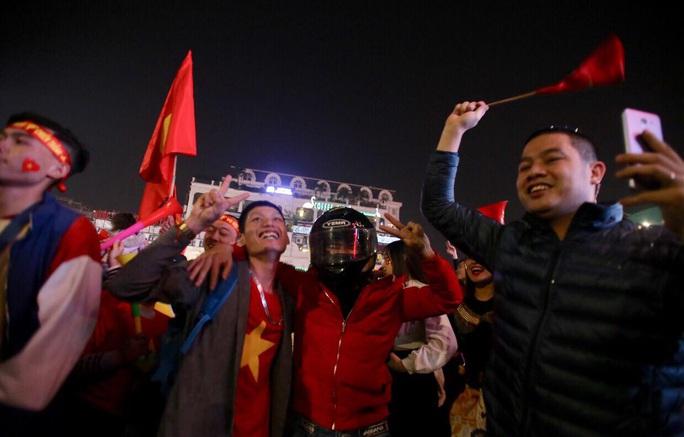 Biển người ra đường ăn mừng U22 Việt Nam vô địch SEA Games 30 - Ảnh 11.