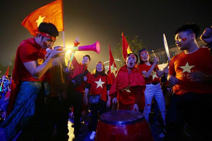 Biển người ra đường ăn mừng U22 Việt Nam vô địch SEA Games 30 - Ảnh 1.
