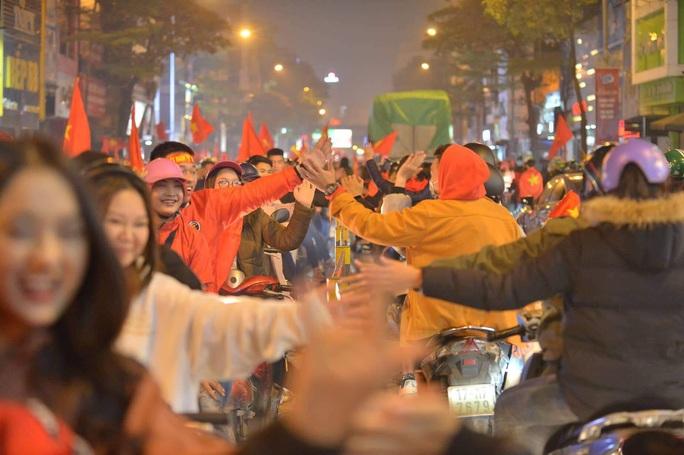 Biển người ra đường ăn mừng U22 Việt Nam vô địch SEA Games 30 - Ảnh 21.