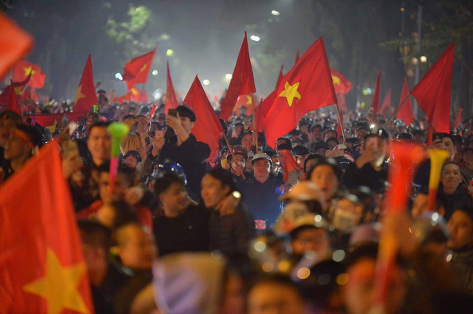Biển người ra đường ăn mừng U22 Việt Nam vô địch SEA Games 30 - Ảnh 3.