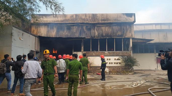 Đà Nẵng: Xưởng gỗ bốc cháy dữ dội sau chập điện - Ảnh 3.