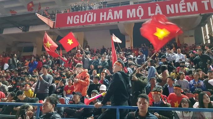 Biển người ra đường ăn mừng U22 Việt Nam vô địch SEA Games 30 - Ảnh 29.
