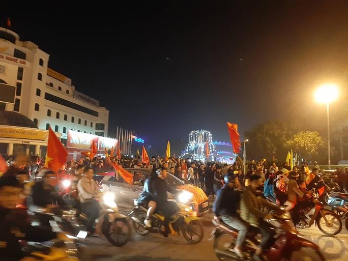 Biển người ra đường ăn mừng U22 Việt Nam vô địch SEA Games 30 - Ảnh 49.