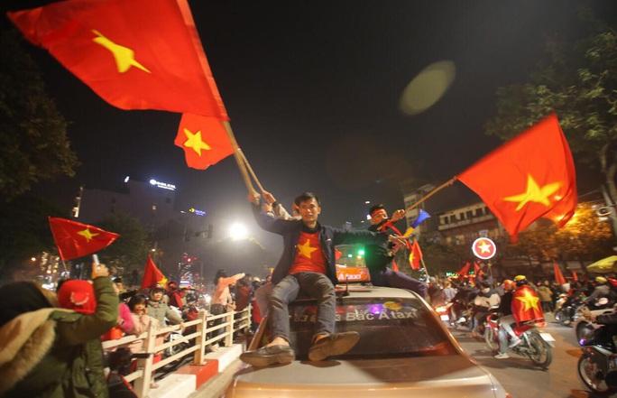Biển người ra đường ăn mừng U22 Việt Nam vô địch SEA Games 30 - Ảnh 25.