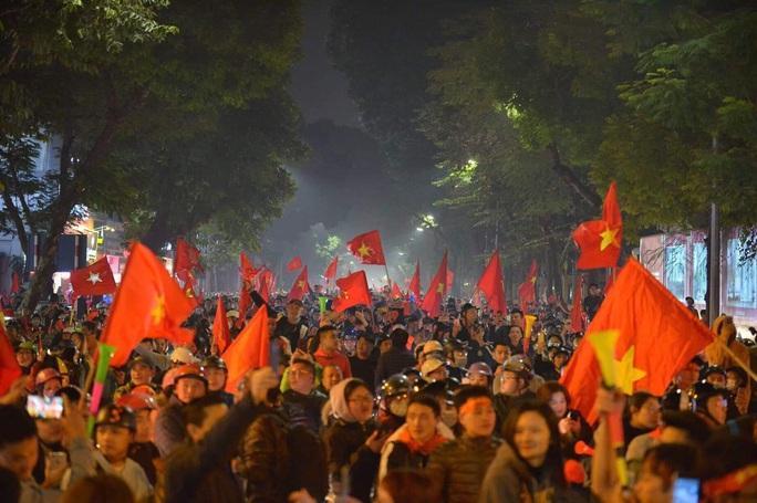 Biển người ra đường ăn mừng U22 Việt Nam vô địch SEA Games 30 - Ảnh 4.