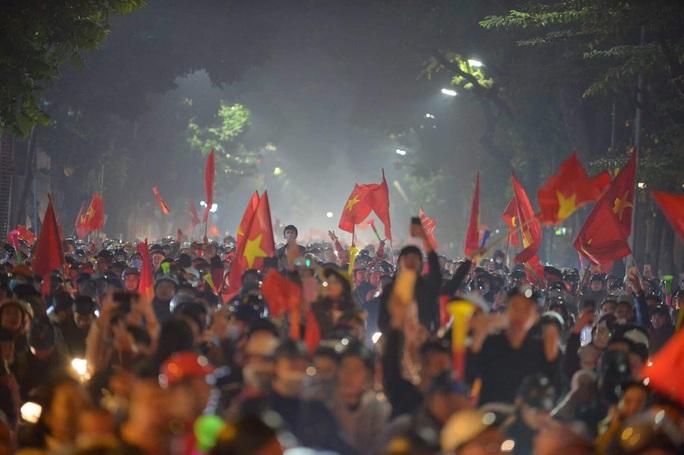 Biển người ra đường ăn mừng U22 Việt Nam vô địch SEA Games 30 - Ảnh 5.