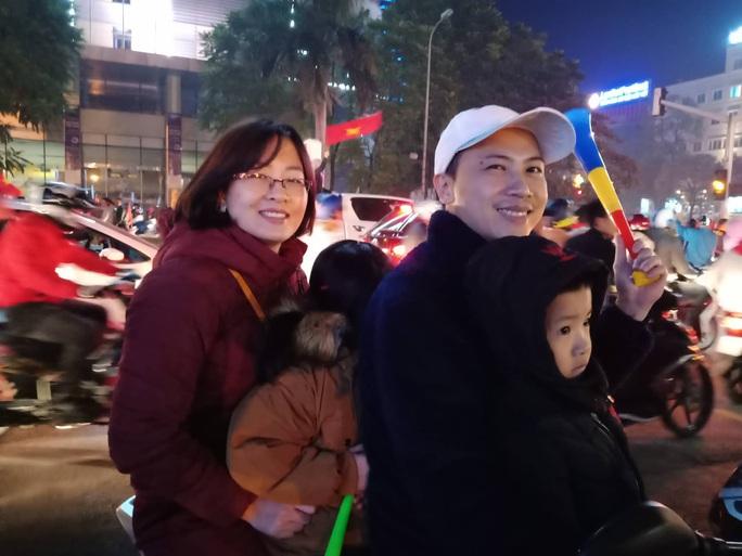 Biển người ra đường ăn mừng U22 Việt Nam vô địch SEA Games 30 - Ảnh 47.