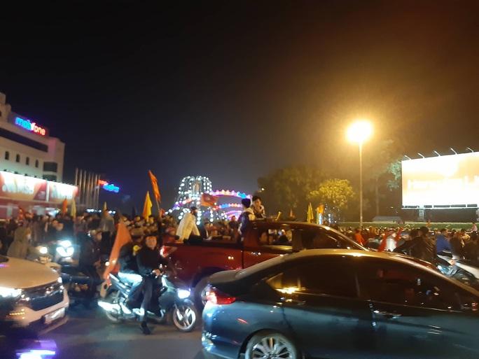 Biển người ra đường ăn mừng U22 Việt Nam vô địch SEA Games 30 - Ảnh 52.