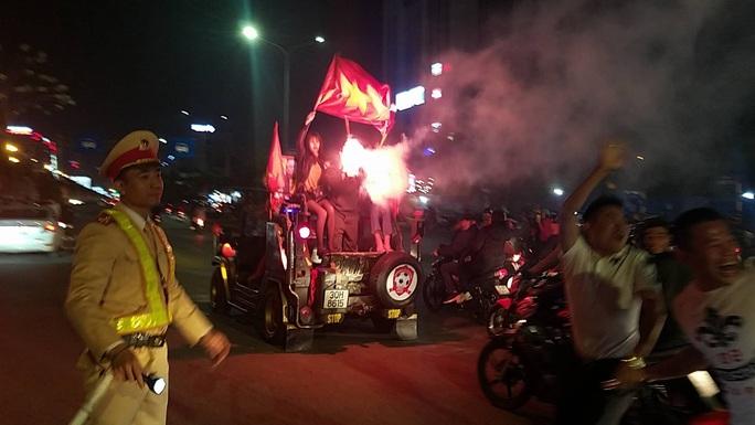 Biển người ra đường ăn mừng U22 Việt Nam vô địch SEA Games 30 - Ảnh 34.