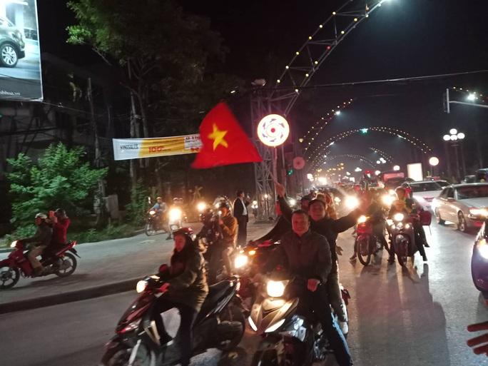 Biển người ra đường ăn mừng U22 Việt Nam vô địch SEA Games 30 - Ảnh 42.