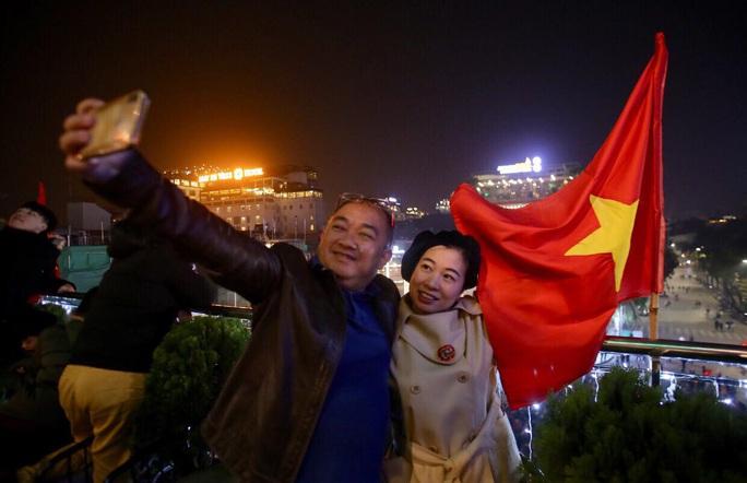 Biển người ra đường ăn mừng U22 Việt Nam vô địch SEA Games 30 - Ảnh 7.