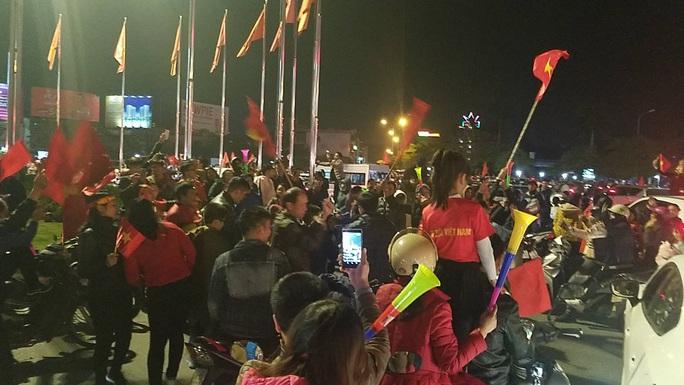 Biển người ra đường ăn mừng U22 Việt Nam vô địch SEA Games 30 - Ảnh 36.