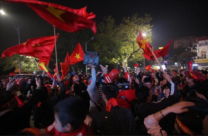 Biển người ra đường ăn mừng U22 Việt Nam vô địch SEA Games 30 - Ảnh 13.