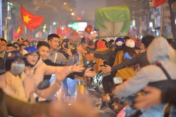 Biển người ra đường ăn mừng U22 Việt Nam vô địch SEA Games 30 - Ảnh 23.