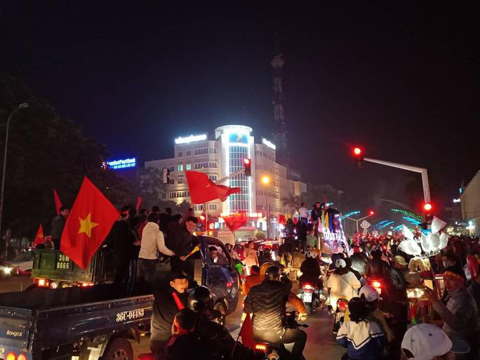 Biển người ra đường ăn mừng U22 Việt Nam vô địch SEA Games 30 - Ảnh 45.