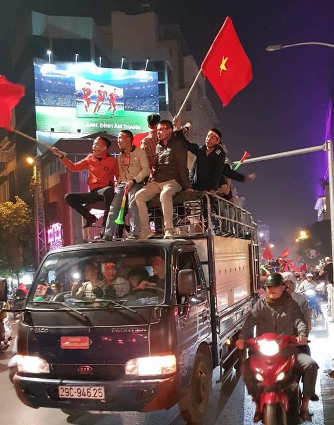 Biển người ra đường ăn mừng U22 Việt Nam vô địch SEA Games 30 - Ảnh 18.