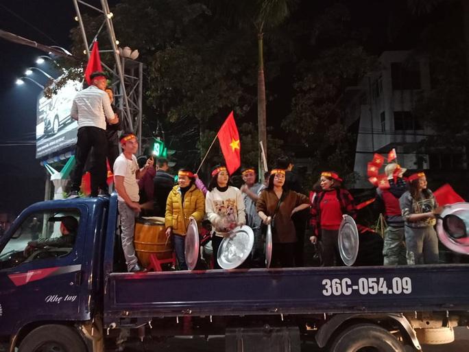 Biển người ra đường ăn mừng U22 Việt Nam vô địch SEA Games 30 - Ảnh 44.