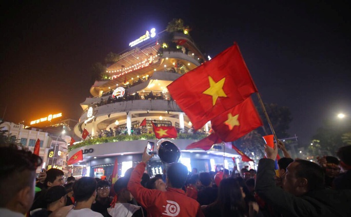 Biển người ra đường ăn mừng U22 Việt Nam vô địch SEA Games 30 - Ảnh 15.