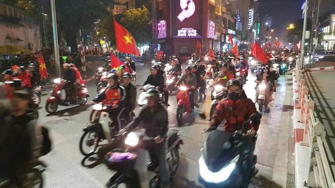 Biển người ra đường ăn mừng U22 Việt Nam vô địch SEA Games 30 - Ảnh 17.