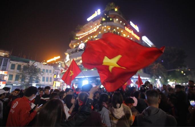 Biển người ra đường ăn mừng U22 Việt Nam vô địch SEA Games 30 - Ảnh 16.