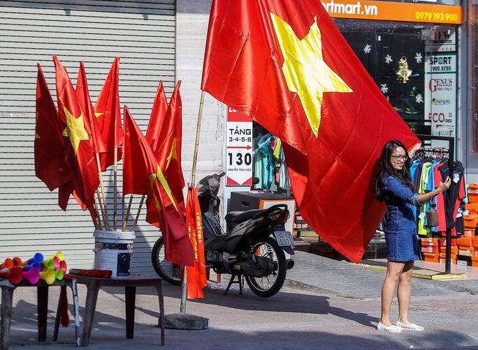 Màu cờ sắc áo đã tràn ngập khắp phố trước trận chung kết SEA Games 30 - Ảnh 1.