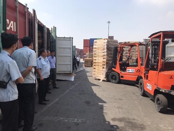 Phát hiện 25 container gỗ xẻ đội lốt gỗ cao su, trị giá 11 tỉ đồng - Ảnh 1.